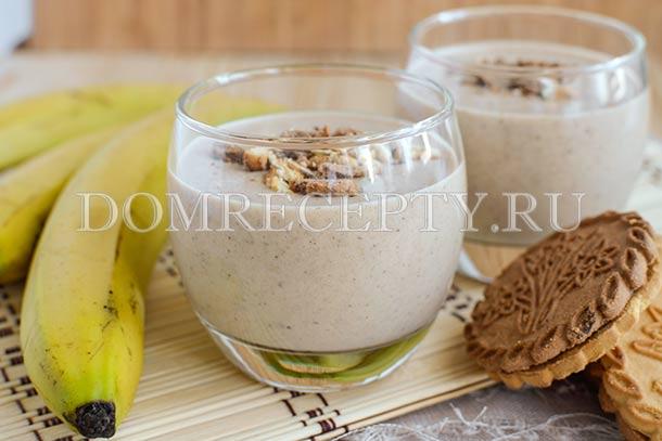 Банановый смузи с печеньем и йогуртом