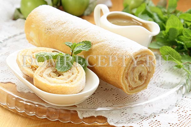 Бисквитный рулет с яблоками