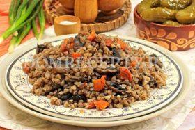 Гречка с грибами и луком, приготовленная на сковороде
