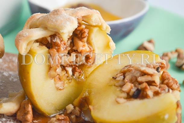 Яблоки, запеченные в духовке с медом и орехами