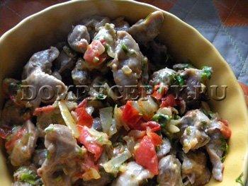 Куриные желудки с овощами и сыром