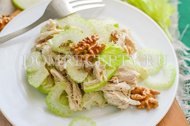 Салат из курицы, сельдерея, яблока и орехов