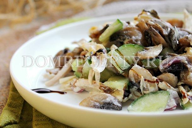 Салат с курицей, жареными шампиньонами и огурцом