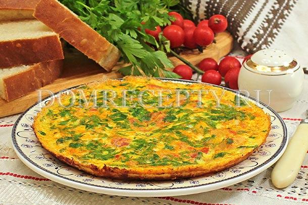 Омлет с кабачками и помидорами, приготовленный на сковороде