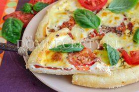 Открытый пирог с помидорами и брынзой
