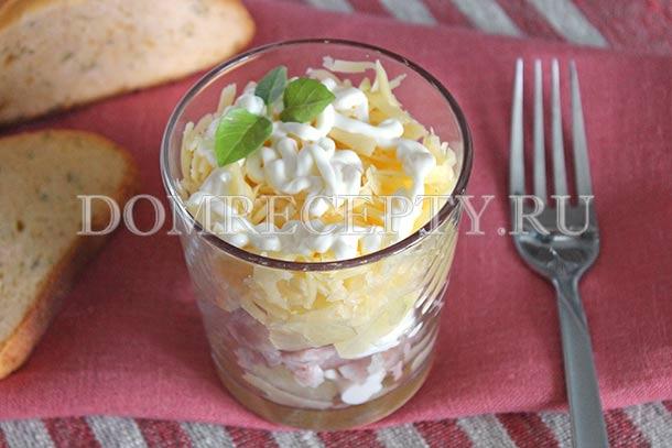 Салат с копченой курицей, ананасами и сыром