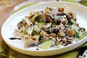 Салат с курицей, шампиньонами и огурцами