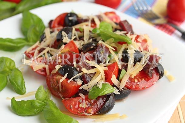 Салат с маслинами, помидорами и сыром