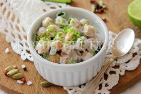 Простой салат из нута с зеленым луком