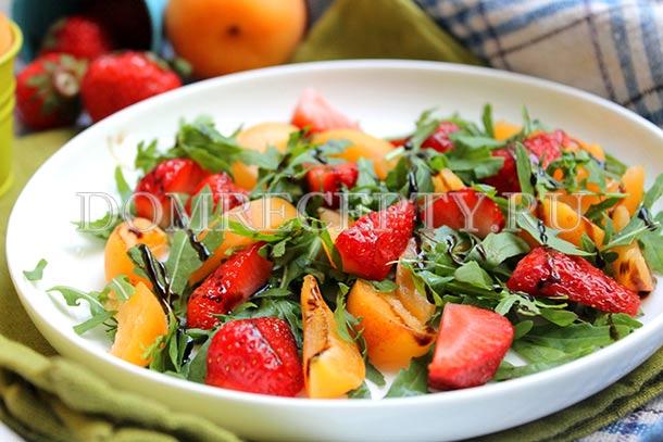 Салат с рукколой, клубникой и абрикосами