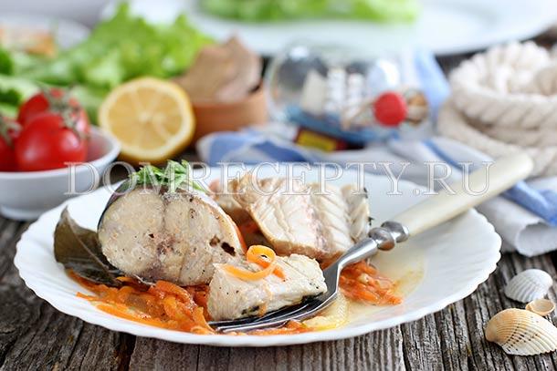 Скумбрия, запеченная с овощами в банке