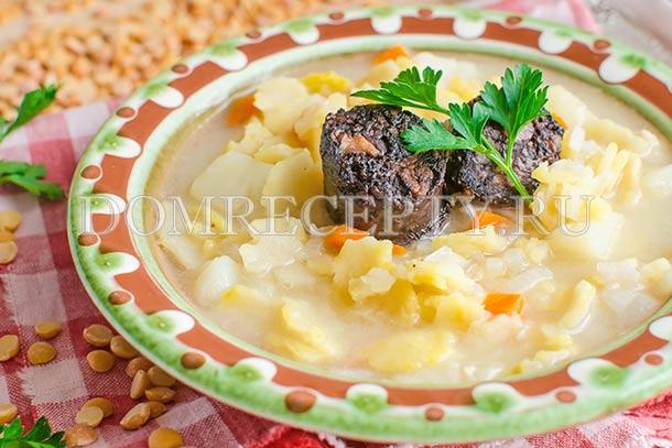 Суп из гороховых хлопьев с кровяной колбасой