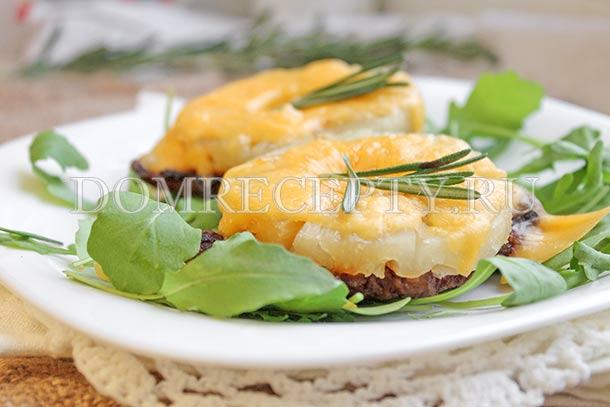 Свинина с ананасами и сыром, запеченная в духовке