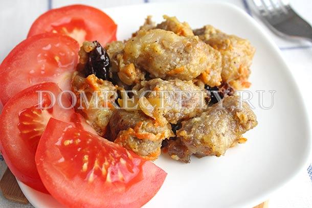Свинина, тушеная с овощами, черносливом и грибами