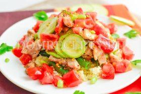 Теплый салат с кабачками и курицей