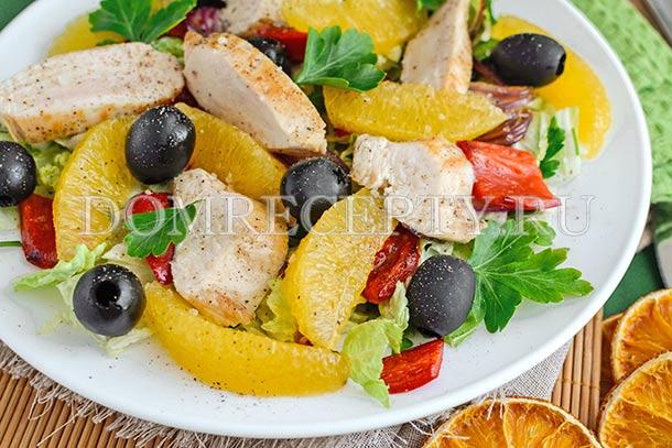 Теплый салат с курицей и апельсинами