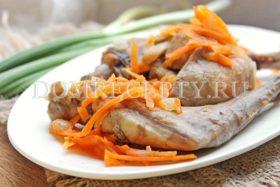 Тушеный кролик с луком и морковью