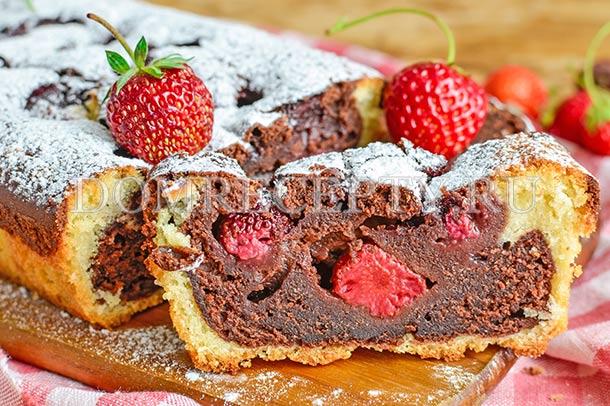 Ванильно-шоколадный кекс с клубникой