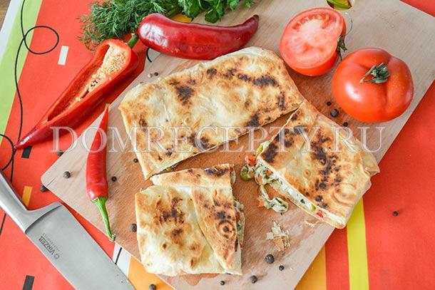 Закуска из лаваша с помидорами, перцем и сыром